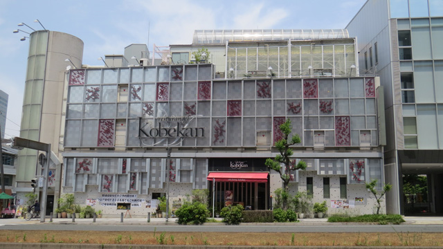 お店はこちら神戸館。パーティー会場としても有名らしく、でかい