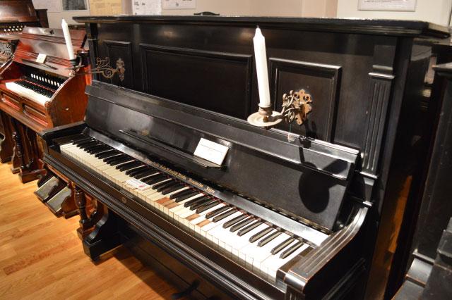 こちらは大正7年頃の、日本楽器製造のピアノ。ろうそくに明かりを灯して弾いていたのか…
