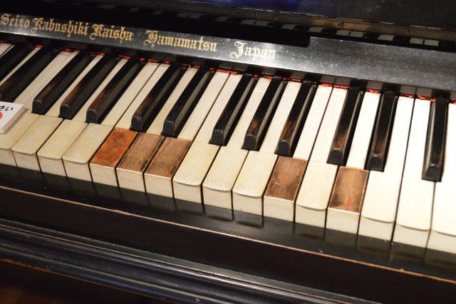 鍵盤を見るとどの音がよく使われていたのかがわかる。どんな人がどんな曲を弾いていたのか想像しながら見るとより楽しめる