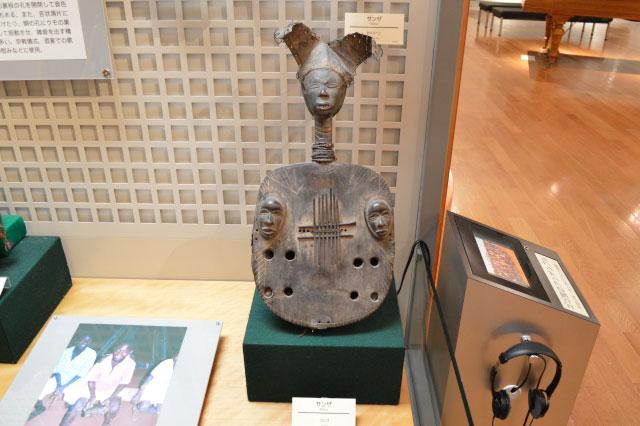 「サンザ」というコンゴの楽器。顔の三角関係