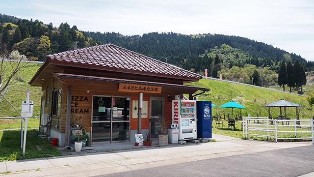 「みちくさキッチンQueue(クゥ)」という最近できたお店。外にパラソルが並んでいるし休憩にピッタリ。