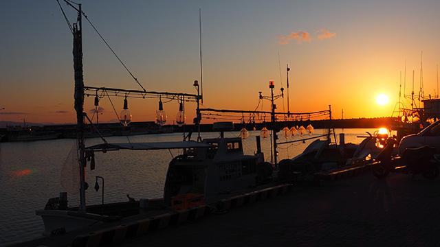 さっきは左手に見えていた夕日が、今度は右手に見える。(18:30)