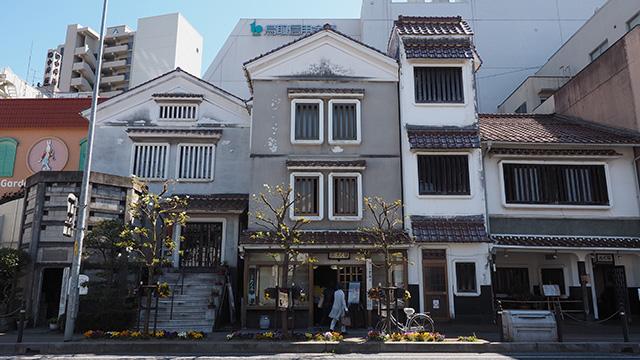 行ってみるとここだけ急にタイムトリップしたような建物。左から鳥取民藝美術館、たくみ工芸店、たくみ割烹店と並ぶ。
