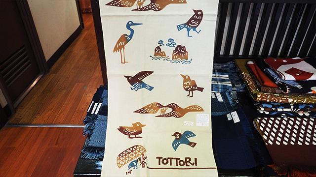 人気の商品は鳥取をモチーフにしたこちらの手ぬぐい。可愛い!