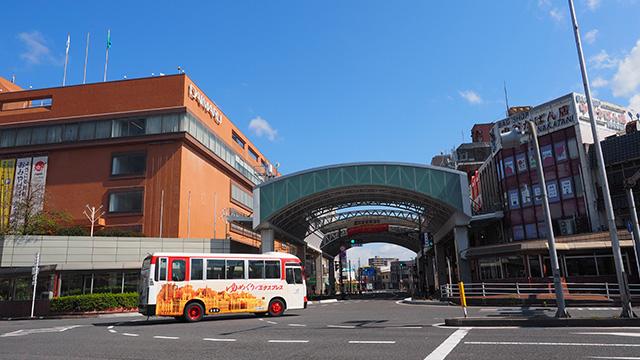 鳥取駅前に戻ってきた。スーパーが見当たらないので左手にある大丸の地下を見てみることに。