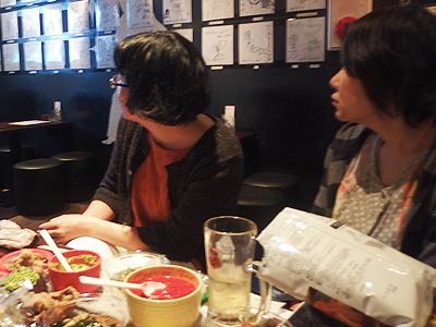 高瀬さん……? となりに座ったうなパイちゃんが、「昭和の世界にいっちゃってるよ……」。