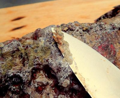 体表の汚れ(藻類や海綿類か)はひどく苦い。包丁でこそいだり、タワシで磨けば少しずつ落とせるが、美味しく食べるのはなかなか難しい。しっかり掃除したつもりでも、不快な苦みを感じることがままある。捨ててしまってもいいだろう。