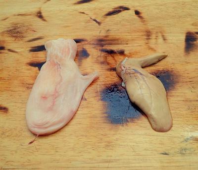 胃袋(左)と肝臓(右)は捨てずに取っておく。