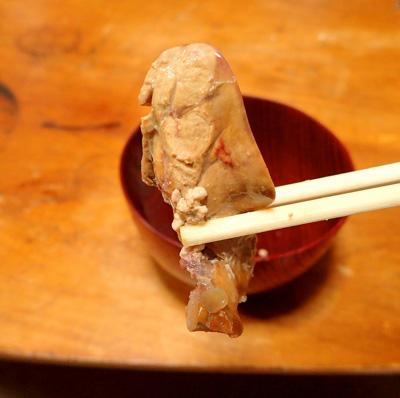 濃厚な肝。こうして鍋の具にしてもいいし、潰したものをつゆに溶いても美味い。新鮮なものなら、肝醤油にして刺身と食べるのが抜群。