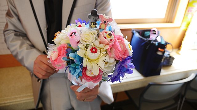 All the cakes and animals you can see in the flower are eraser.  And the top bride and groom and a koala are all original for this bouquet.