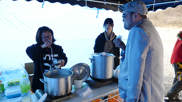 We had tonjiru (pork soup) that the staff offered.  It is warm and super delicious.  It soaks in.