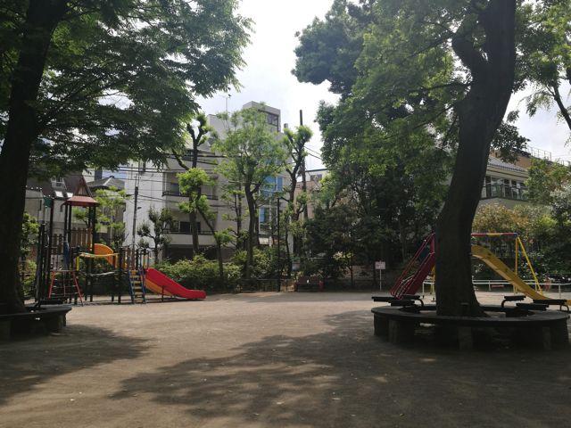 なんでもない昼下がりの公園も…