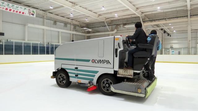 整氷車の機能もすごいが作業する方々の勘所もはんぱなくほとんど職人!いかに滑りやすくするか、水質や水の温度まで調整します。(古賀)