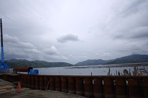 万石浦という入り江だったので津波の被害は免れたが、地盤沈下があったので嵩上げ作業中。