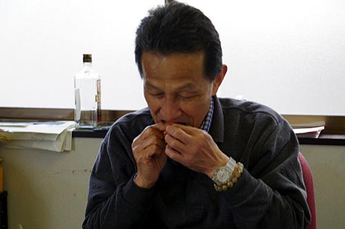「中身を食べたら殻はダシにしてもうまいよ。あと殻の裏に軟骨があるから、こうしゃぶって日本酒をやってください」