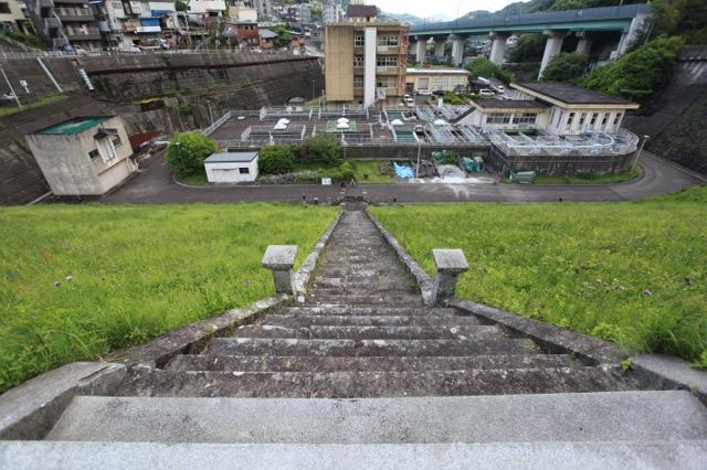 いちばん上まで登ってきた。目の前はこのダムの水が送られる浄水場
