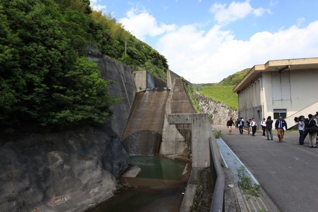 ほかの報道陣は誰も撮っていなかったけど、ダム好きとしては堤体と同じくらい洪水吐も気になる