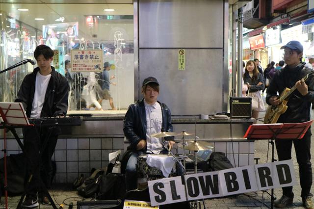 バンドでの路上ライブは1年ほど前から行っているとのこと。最初はメンバーから「やりたくない」「無理だ」と拒絶されたらしい。