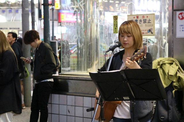 二人目は路上でギターを弾きながら力強く歌っていた「かさね」さん。ものすごく楽しそうに歌っていたのが印象的だった。