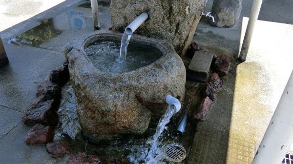 ピタゴラスイッチな水飲み場。これもうちの庭にほしい。
