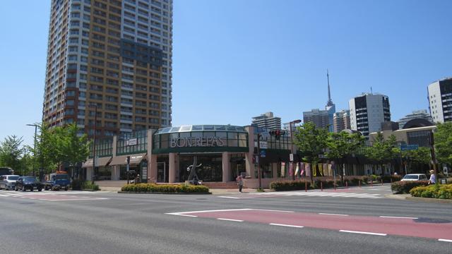 百道浜の百道タワー(左)、福岡タワー(右奥)