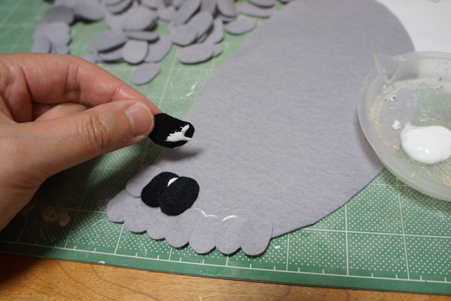 本物の羽根を使えない代わりに、少しでも羽根に見えるよう、一枚一枚小さく切ったフェルトを貼り付けた。