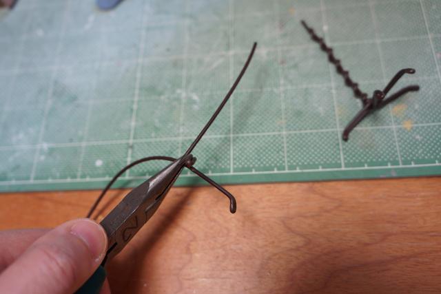 さあ最後に足の細工を。針金を芯に。なんとか足の形にまとめあげる。