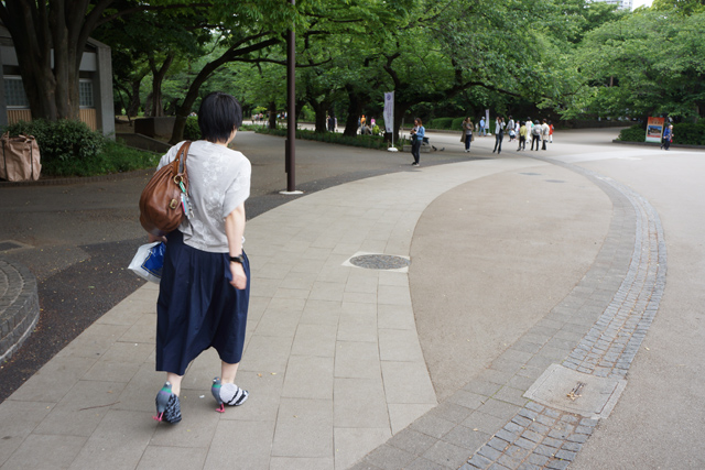 お、あの木陰で誰かがエサをやっている、急げ!歩きにくくて急げないけど。