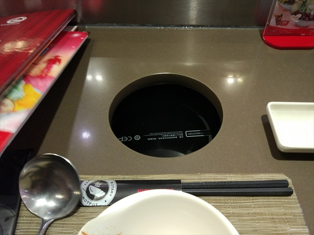 席の前には鍋用の穴があり、