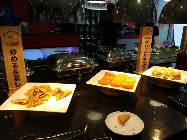 回転鍋とは別に、ビュッフェ形式で揚げ物・巻き寿司・スイカなどのフルーツも食べられる。