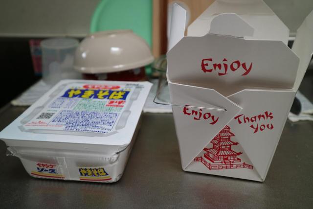 中華料理のテイクアウトボックスということで、とりあえずコンビニでペヤングを買ってきた。