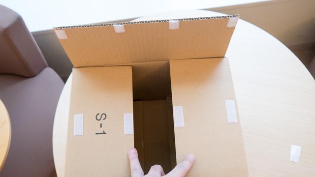 箱のフタ部分に面ファスナーをつけた。これで何度でも開封できる。