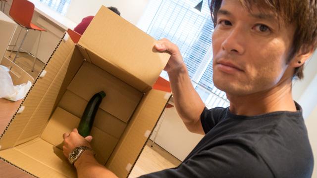 ズッキーニを箱に入れる安藤