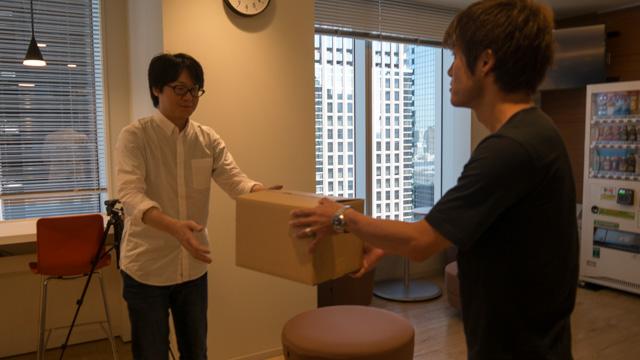 箱を受け取るぼく 箱を渡す安藤