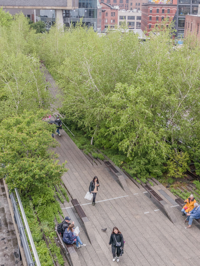 線路をイメージしたという長細い敷石で舗装されている。