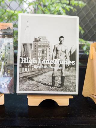 ハイラインの途中、お土産屋さんがあって写真集も売っていたのだが、なぜかヌード。なぜだ。