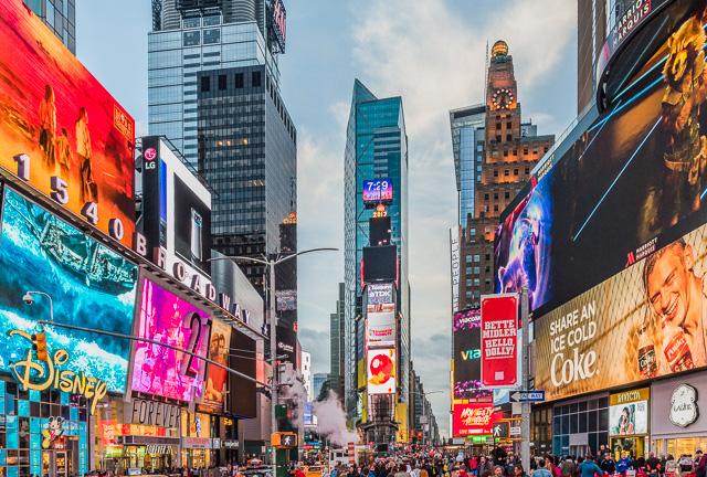 有名なタイムズスクエアも同じ状況。だから独特の雰囲気なのだな。左がブロードウェイ。
