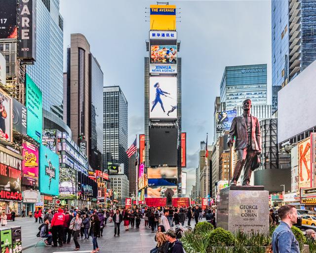 交差点なので、後ろも同様に浅い角度で交わっている。ふり返ると、こんな。左がブロードウェイ。右に立っている銅像はブロードウェイ ミュージカルの父と呼ばれている ジョージ・M・コーハンの銅像。