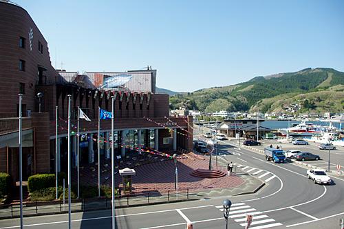 左の建物がマリンパル女川。館長は女川町出身の中村雅俊さん。