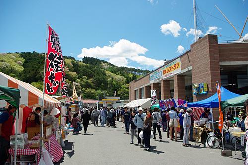 ウニ祭りとかホヤ祭りとか、毎月のようにイベントがおこなわれていた。その雰囲気は「ほや祭りでほや料理を食べてきた」でどうぞ。
