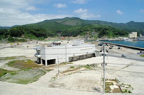高台にある地域医療センター前からの眺め。この撮影している場所まで津波はやってきた。