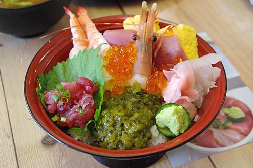 女川丼という名前の海鮮丼が名物。