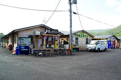 津波の被害を免れた場所にできた仮設の商店街。