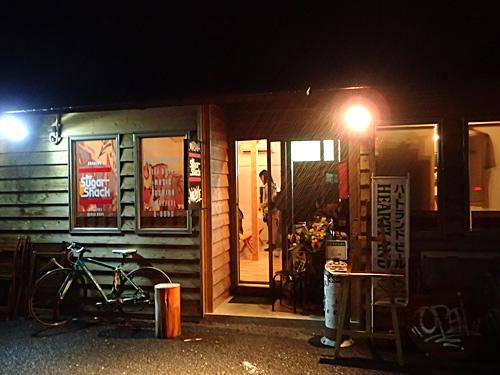 女川駅前には店が全然ないので、仮設の商店街でちょっと飲んだ。