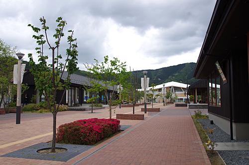 新しくできた街から見た駅方向。現実の世界なのに写真にするとCGっぽい!