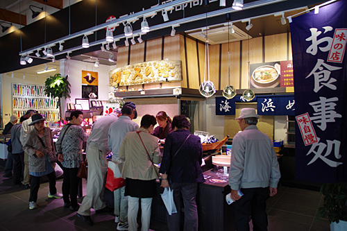 地元市場ハマテラスには、海産物の店や飲食店が並んでいる。