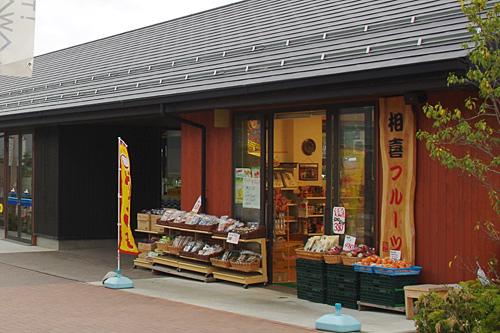 なぜ港の前でフルーツ屋と思ったが、地元の方が利用するような店も集まってきたということか。
