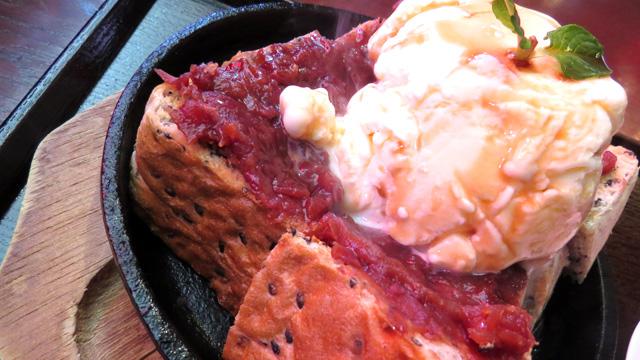 どれもすごいんですが2ページ目の鉄板に乗った小倉トーストが食べ物としてとにかく「速い」。食べてる間中祭りです。