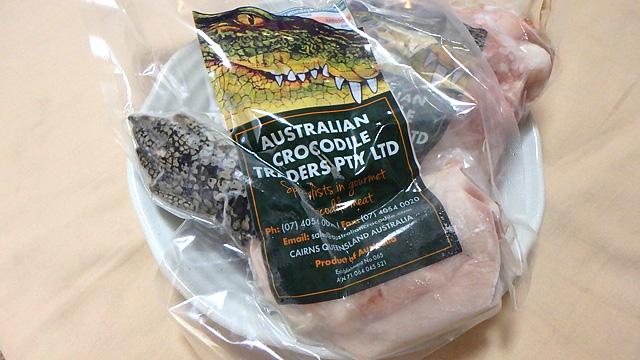 骨付き(一部皮つき)ワニ肉。バーベキューもいいですが、黒酢で煮るとうまいです。