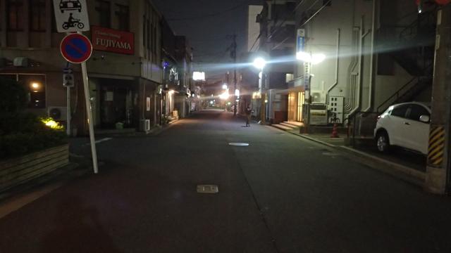 駅から歩いて10分くらい。さらに静かになる。街灯がないとこわい